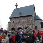 Menschenmassen vor der Torhalle des Lorscher Klosters